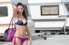 Femme sportive dans le stationnement de caravane Image stock