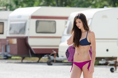Femme sportive dans le stationnement de caravane Photos libres de droits