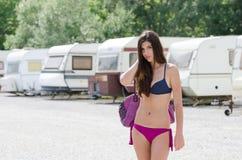 Femme sportive dans le stationnement de caravane Image libre de droits