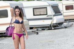 Femme sportive dans le stationnement de caravane Photographie stock