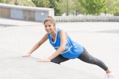 Femme sportive de bonheur s'exerçant et s'exerçant dans la rue images libres de droits