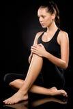 Femme sportive de brune détendant tout en faisant le yoga Images stock