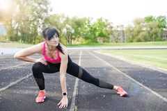 Femme sportive de forme physique pendant la s?ance d'entra?nement ext?rieure d'exercices Copiez l'espace Perte de poids Style de  photo stock