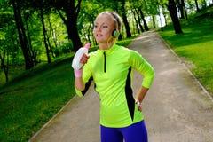 Femme sportive en parc Photos libres de droits