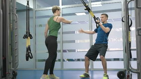 Femme sportive et homme faisant des exercices gymnastiques ou s'exerçant dans la classe de forme physique clips vidéos