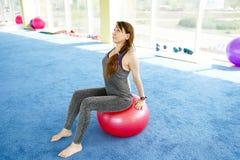 Femme sportive faisant des exercices de presse avec la boule convenable dans le gymnase Concept : mode de vie, forme physique, a? photos stock