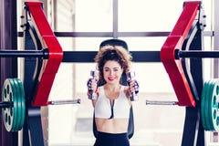 Femme sportive faisant des exercices images libres de droits