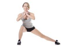 Femme sportive faisant des mouvements brusques latéraux Image libre de droits