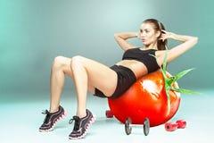 Femme sportive faisant l'exercice d'aérobic Photo stock