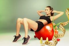 Femme sportive faisant l'exercice d'aérobic Images stock