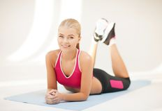 Femme sportive faisant l'exercice sur le plancher Photo libre de droits