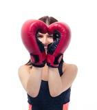 Femme sportive heureuse avec des gants de boxe Photographie stock