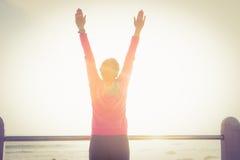 Femme sportive insouciante avec les bras tendus images libres de droits