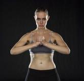 Femme sportive intense tenant le poing dans le studio photo libre de droits