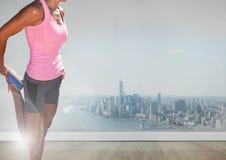 Femme sportive mince devant la ville image stock