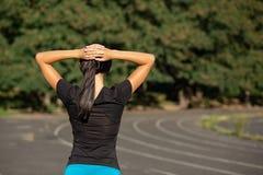 Femme sportive mince s'étirant avant le fonctionnement au stade Tir extérieur avec des rayons du soleil Copiez l'espace photos stock