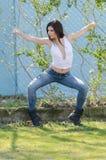 Femme sportive mince se tenant contre clôturer le fil Photo stock