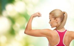 Femme sportive montrant son biceps photos stock