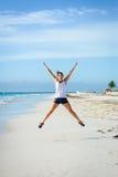 Femme sportive sautant à la plage photos libres de droits