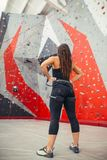 Femme sportive se préparant à l'exercice s'élevant de corde au gymnase local b images libres de droits