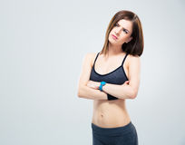 Femme sportive songeuse avec des bras pliés Image libre de droits