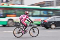 Femme sportive sur un vélo de montagne de Mérida, Kunming, Chine Images libres de droits