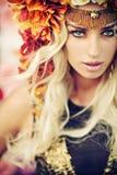 Femme sérieuse portant la guirlande colorée Photo stock