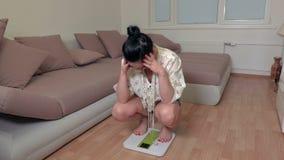 Femme stressante sur l'échelle électronique banque de vidéos