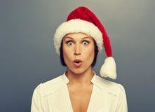 Femme stupéfaite de Noël dans le chapeau rouge image stock
