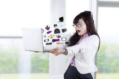 Femme stupéfaite regardant les produits en ligne 2 Photographie stock