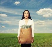 Femme stupéfaite tenant l'argent Photographie stock libre de droits