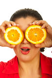 Femme stupéfait retenant les parts oranges Photographie stock