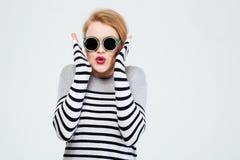 Femme stupéfaite dans des lunettes de soleil Images libres de droits