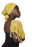 Femme sud-africain sérieux avec l'écharpe jaune. photographie stock libre de droits