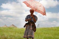 Femme sud-africaine tenant un parapluie pour la protéger contre image libre de droits