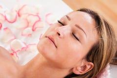 Femme suivant le traitement d'acuponcture Photo stock