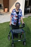 Femme supérieure à l'aide de marche photo libre de droits