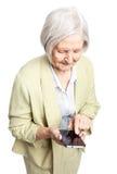 Femme supérieure à l'aide du téléphone portable au-dessus du blanc Images libres de droits