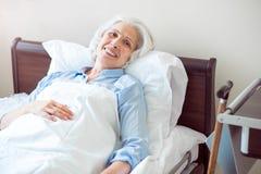 Femme supérieure à la salle d'hôpital image libre de droits
