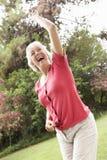 Femme supérieure énergique dans la campagne Image stock