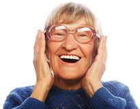 Femme supérieure étonnée heureuse regardant l'appareil-photo Photographie stock