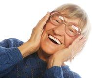 Femme supérieure étonnée heureuse regardant l'appareil-photo Photographie stock libre de droits