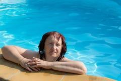 Femme supérieure active dans une piscine Image libre de droits