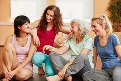 Femme supérieure active et jeunes dames heureuses Images stock