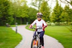 Femme supérieure active heureuse sur le vélo Photo stock