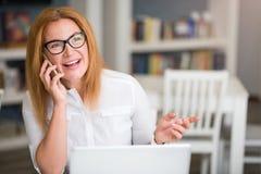 Femme supérieure agréable parlant au téléphone portable photos libres de droits