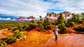 Femme supérieure appréciant la vue de Lee Mountain et d'autres montagnes rouges de roche entourant la ville de Sedona image libre de droits