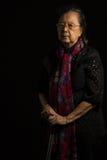 Femme supérieure asiatique tenant le bâton de marche Image libre de droits