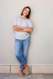 Femme supérieure attirante souriant avec des bras croisés Image stock