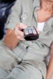 Femme supérieure avec à télécommande infrarouge Image libre de droits